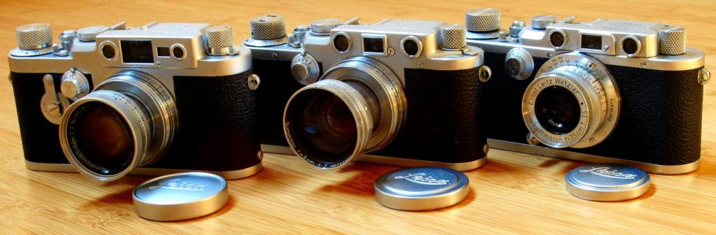 """Drei Schraubleicas, auch bekannt als """"Barnacks"""", aus meiner Sammlung. Die jüngste, eine Leica IIIg (inks im Bild) ist nur 60 Jahre alt, die älteste der drei, eine IIIa (rechts), schon 80."""