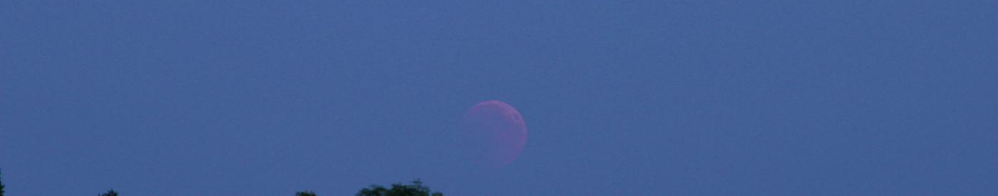Der bereits voll verfinsterte, aufgehende Mond hatte es zunächst schwer, sich gegen den horizontnahen Dunst zu behaupten. 27.7.2018 22:00 MESZ, Canon EOS6D und Leica Elmarit-R 180, ISO 800, Blende 2.8, 1 Sekunde Belichtungszeit