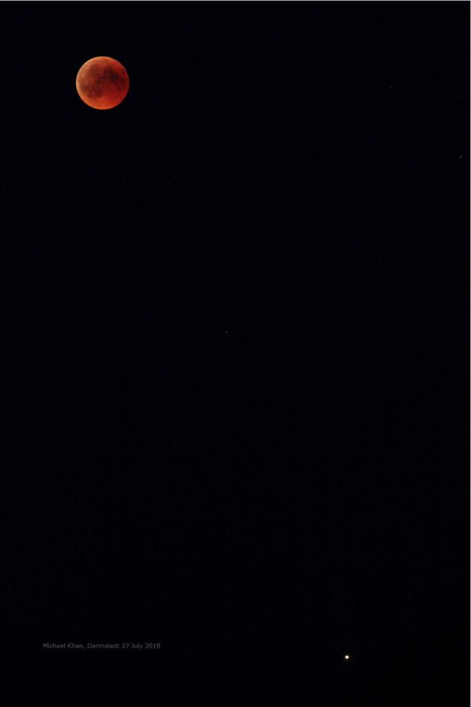 Der Mond während der Totalitätsphase begegnet Mars in Opposition, 27.7.2018 22:45 MESZ, Canon EOS6D und Leica Elmarit-R 180, ISO 3200, Blende 4, 1 Sekunde Belichtungszeit