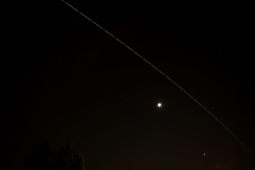Überflug der ISS über Darmstadt am Sonntag, 4.12.2016, 18:17 MEZ vor Mars, zunehmendem Mond und Venus im Südwesten, Kompost aus 25 Einzelaufnahmen, ISO 200, f/2.8, je 5 s, Canon EOS6D mit Leitz Summicron-R 35 mm