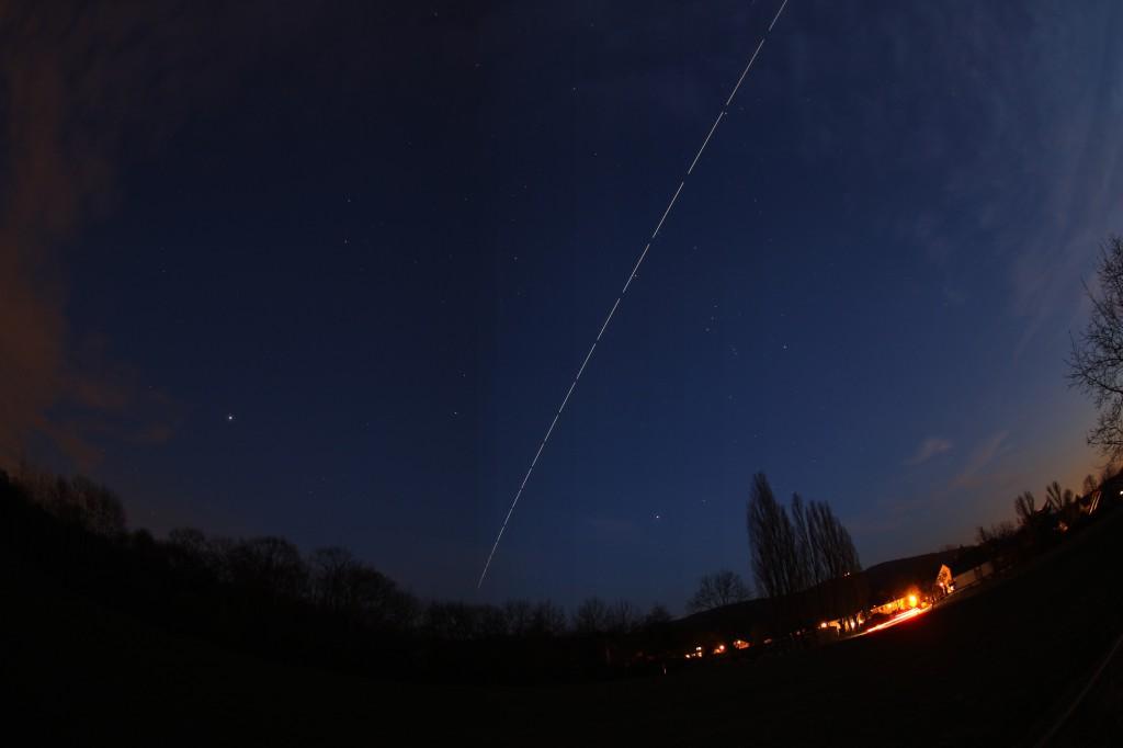 Überflug der ISS am 20.2.2015, Komposit aus 18 Einzelaufnahmen zwischen 18:46 und 18:50 MEZ, Canon EOS 600D mit Sigma EX 10mm, f/2.8, ISO 200, je 10 Sekunden Belichtungszeit