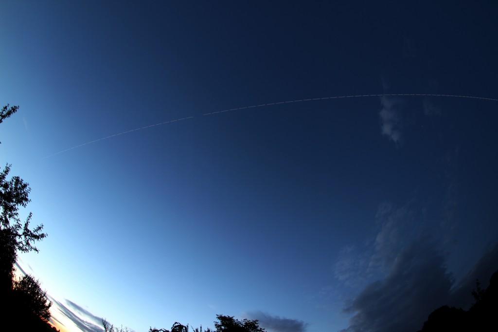 Überflug der ISS über Darmstadt am 14.6.2014, 22:25 - 22:28 MESZ, Komposit aus 79 Einzelaufnahmen. Kamera: Canon EOS 600D, Sigma EX 10 mm f2.8 DC, ISO 100, f2.8, 2 s Belichtungszeit pro Aufnahme