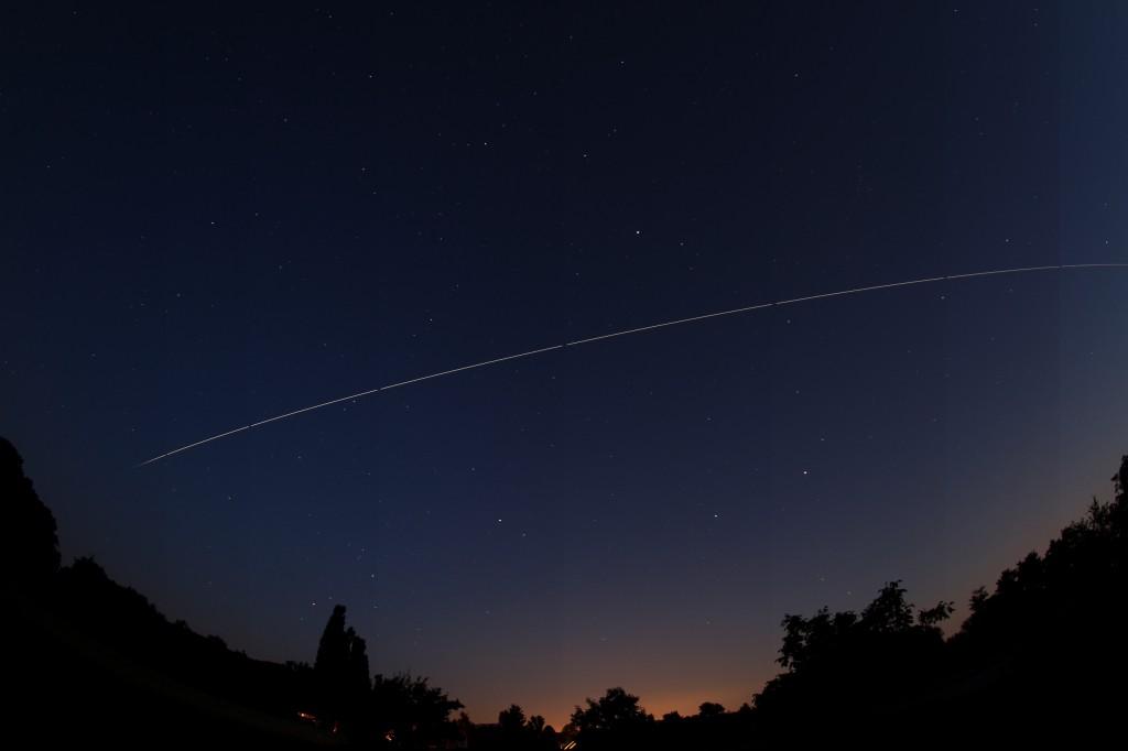 Die ISS über Darmstadt am 15.6.2014, 23:12 - 23:16 MESZ. Sichtbarer Überflug beendet durch Schatteneintritt. Komposit aus 8 Einzelaufnahmen, Canon EOS 600D, Sigma EX 10 mm f2.8 DC, ISO 200, Blende 2.8, 30 Sekunden pro Aufnahme