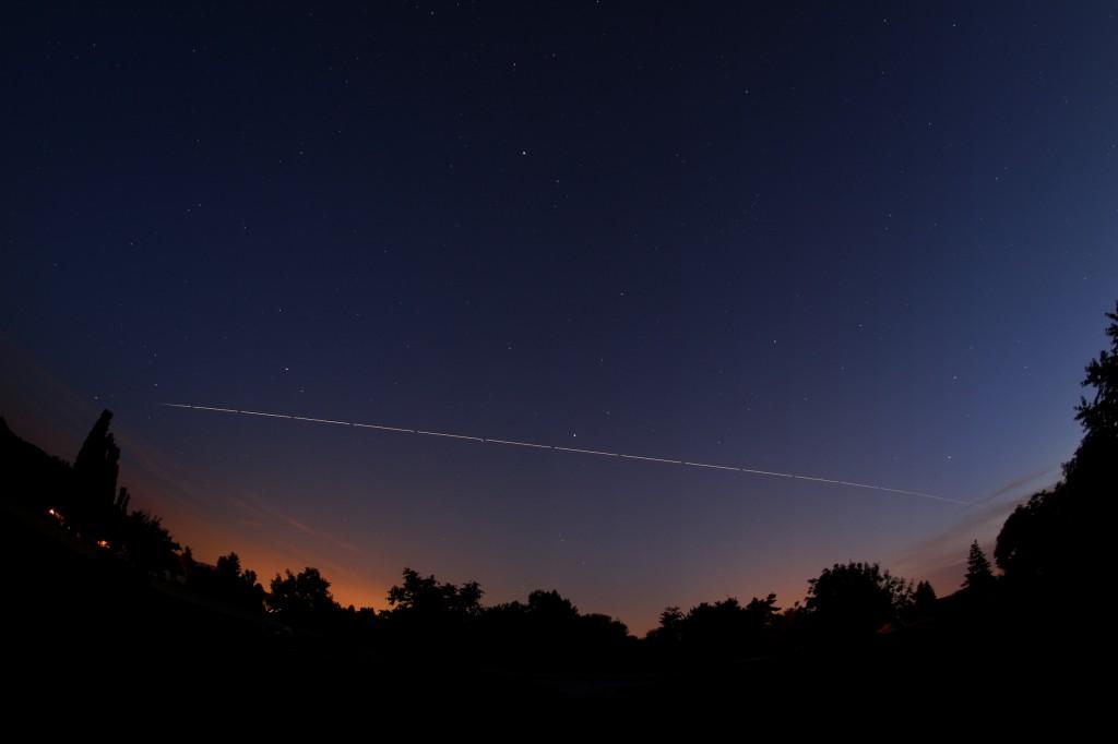 Die ISS über Darmstadt am 17.6.2014, 23:09 - 23:14 MESZ. Sichtbarer Überflug beendet durch Schatteneintritt. Komposit aus 18 Einzelaufnahmen, Canon EOS 600D, Sigma EX 10 mm f2.8 DC, ISO 400, Blende 2.8, 15 Sekunden pro Aufnahme