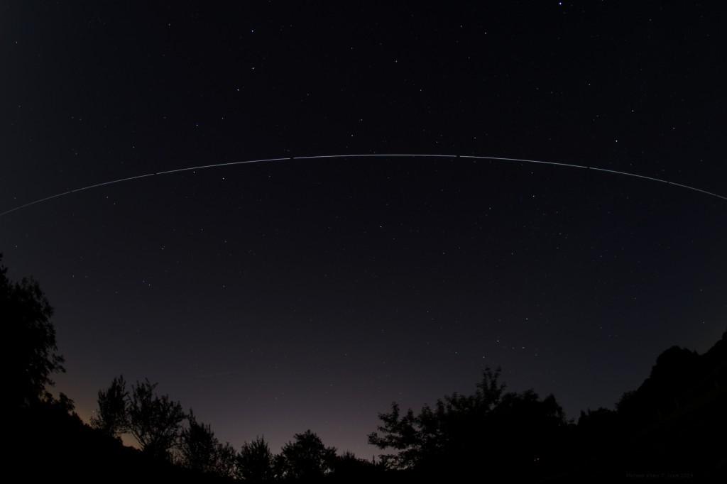 Überflug der ISS über Darmstadt am 7.6.2014, Blickrichtung nach Norden. Komposit aus einer Serie aus 9 Einzelaufnahmen, 00:05 - 00:10 MESZ. Canon EOS 600D, Sigma EX 10 mm f2.8 DC, ISO 200, 30 Sekunden Belichtungszeit pro Aufnahme