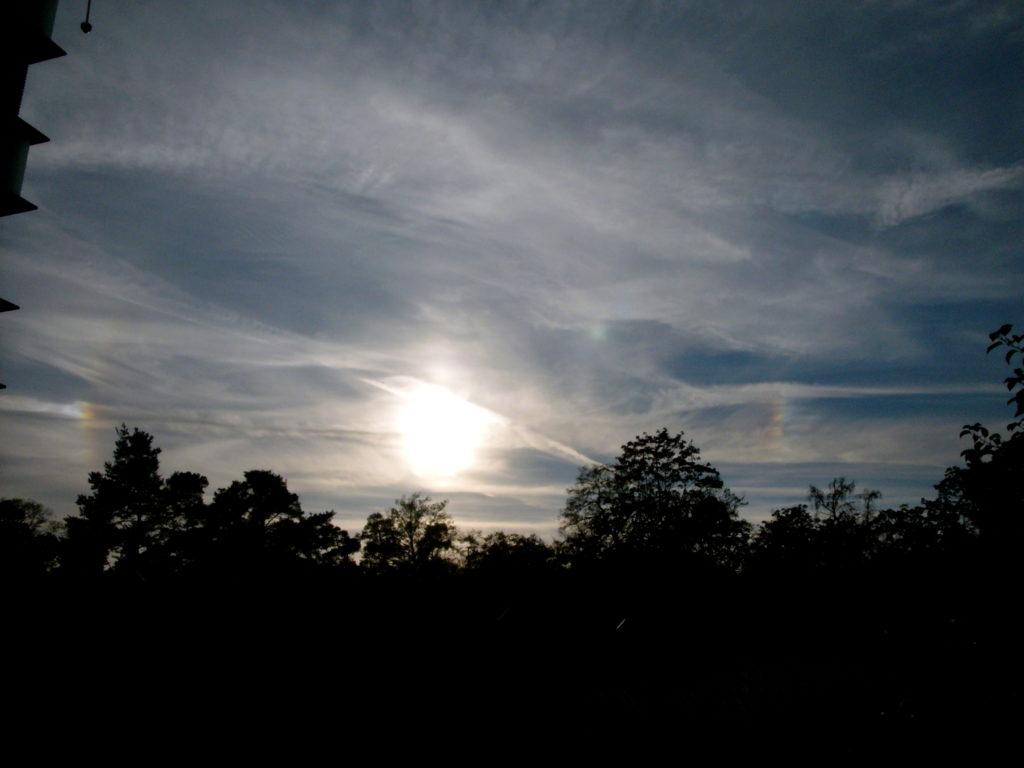 Nebensonnen links und rechts der Sonne am 17.10.2018 um 16:58 MESZ über Darmstadt
