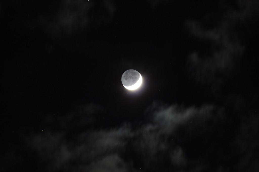 Der zunehmende Mond am 22.2.2015 um 19:04 MEZ, Canon EOS 600D, Leica Elmarit 180mm, f/2.8, ISO 800, 1 Sekunde Belichtungszeit
