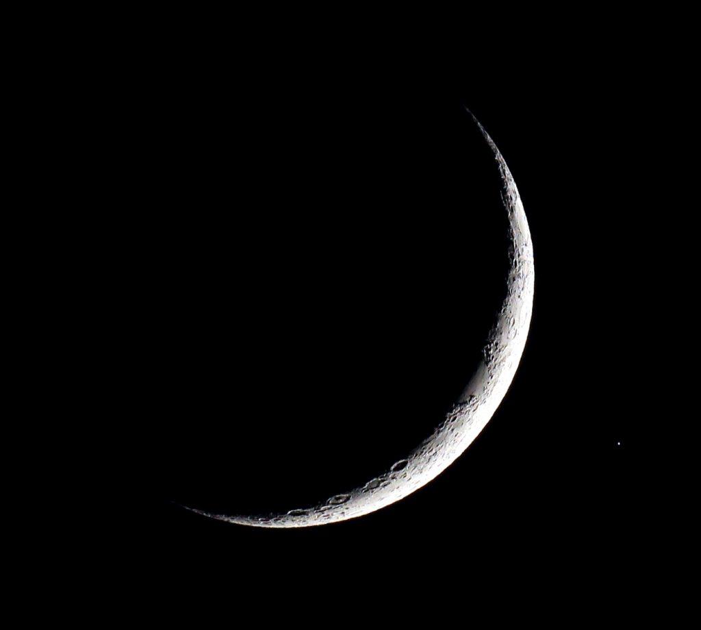 Die zunehmende Mondsichel und Aldebaran am 28.4.2017, 21:32 MESZ. Canon EOS600D und TS-Optics TSAPO65Q Quadruplet-Refraktor