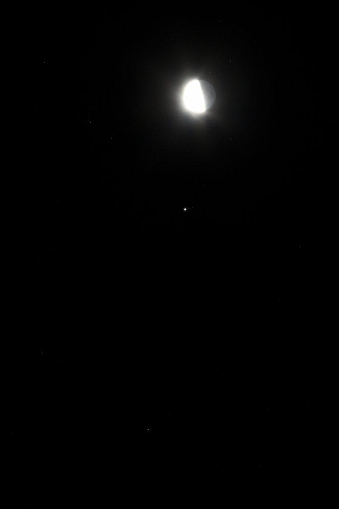 Der Halbmond, Jupiter (mit Io, Europa und Callisto) und Spica am Morgen des 19.1.2017, 6:46 MEZ. Canon EOS6D mit Leitz Elmarit-R 180mm, HDR-Aufnahme