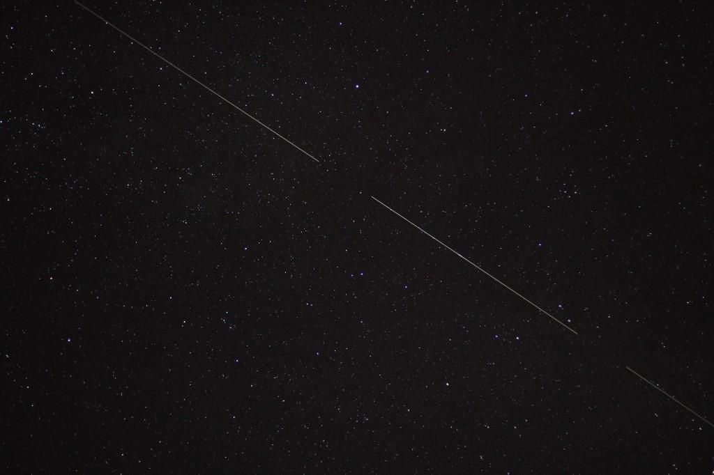 Komposit aus drei Aufnahmen eines Überflugs eines hellen Objekts über Darmstadt am 4. Juli 2014, 00:42 - 00:43 MESZ vom Adler kommend durch Pfeil und Füchschen Richtung Schwan ziehend, Canon EOS 600D mit Leica Summicron 50 mm, f2.0, ISO 800, je 15 s Belichtungszeit, nachgeführt
