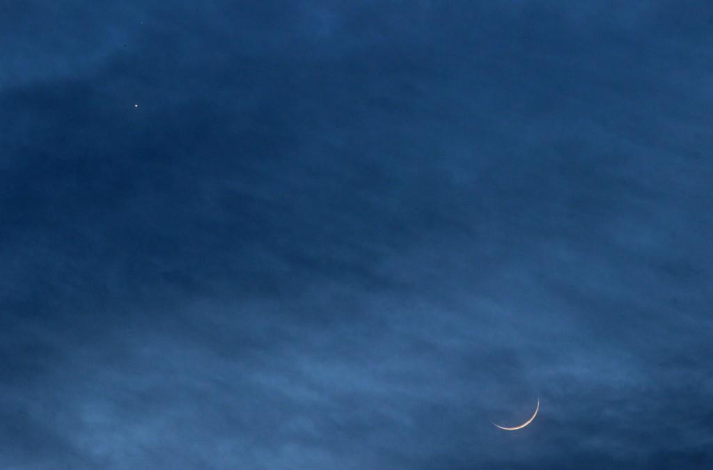 Die zunehmende Mondsichel, Venus und Mars am 20.2.2015, 18:23 MEZ, Canon EOS 600D mit Leica Elmarit 180 mm, f/2.8, ISO 800, 1 Sekunde Belichtungszeit