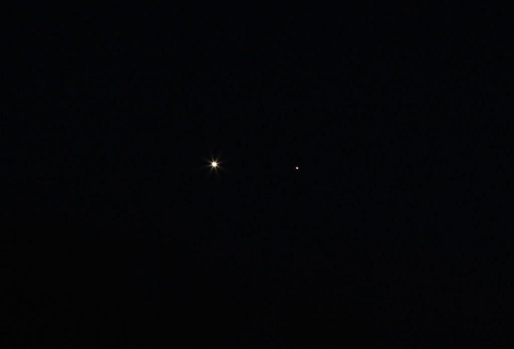 Venus und Mars im Winkelabstand von einem halben Grad am 22.2.2015, 18:56 MEZ, Canon EOS 600D, Leica Elmarit 180mm, f/8, ISO 400, 1 Sekunde Belichtungszeit