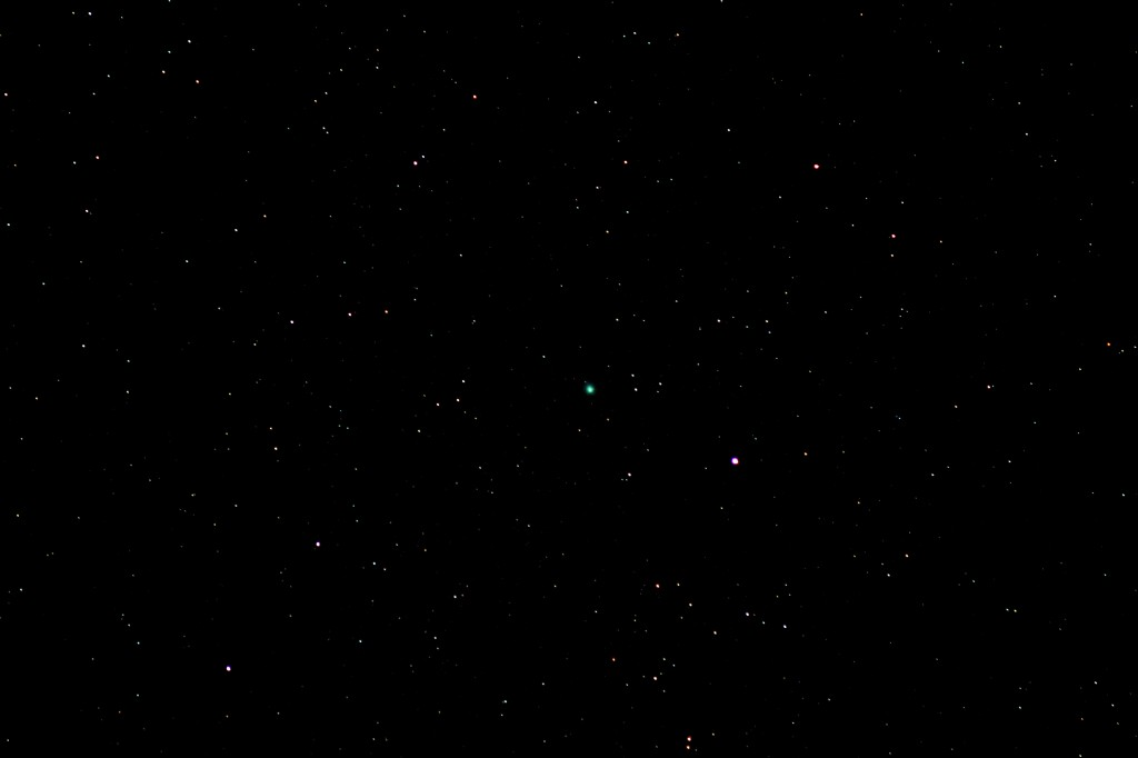 Komet C/2014 Q2 (Lovejoy) und Alamak (Gamma Andromedae) am 3.2.2015, 22:08 MEZ, Canon EOS 600D mit Leica Elmarit 135 mm f/2.8, ISO 6400, 4 Sekunden