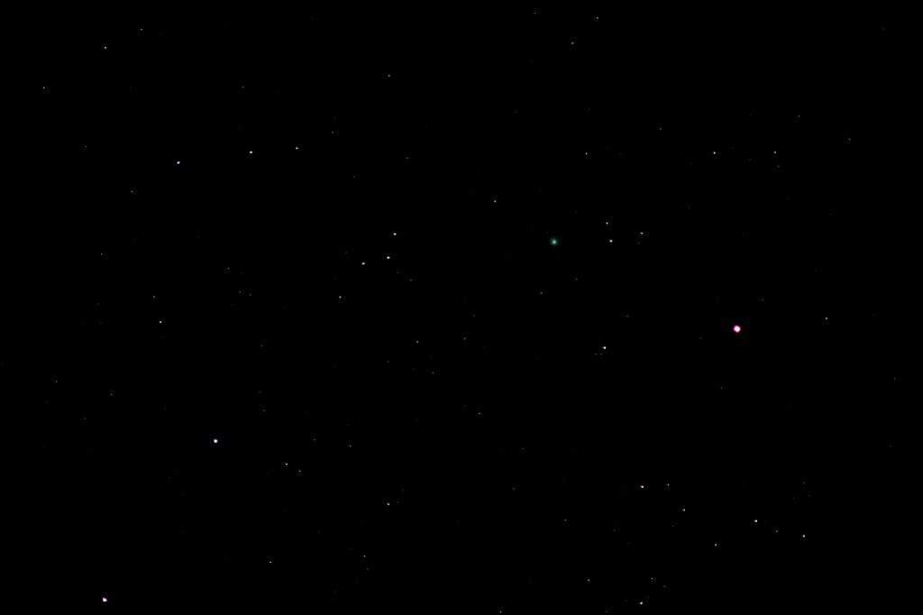 Komet C/2014 Q2 (Lovejoy) und Alamak (Gamma Andromedae) am 3.2.2015, 22:13 MEZ, Canon EOS 600D mit Leica Vario Elmar, 210 mm f/4, ISO 6400, 4 Sekunden