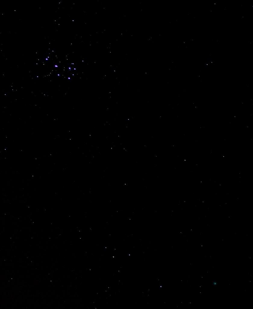 Die Plejaden und Komet Lovejoy über Darmstadt am 19.3.2015 um 00:34 MEZ. Canon 600D mit Leiva Vario-Elmar 70-210, ISO 6400, 70 mm, f4, 4 Sekunden