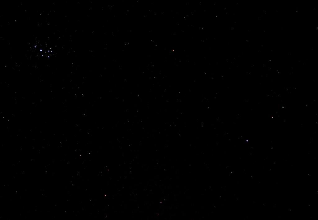 M45, Aries und Komet C/2014 Q2 (Lovejoy) am 23.1.2015, 21:48 MEZ, Canon EOS 600D mit Leica Summicron 50/2, ISO 6400, f2, 1 Sekunde Belichtungszeit