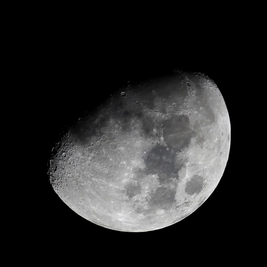 Der Mond am 11.1.2014 um 00:48 MEZ. Die Sonne it im westlichen Mare Imbrium bereits aufgegangen, steht aber noch sehr tief. Der Sinus Iridum ist noch in Dunkelheit gehüllt. Teleskop: TS Optics 65/420 Quadruplet apochromatischer Refraktor, Kamera: Canon EOS 600D