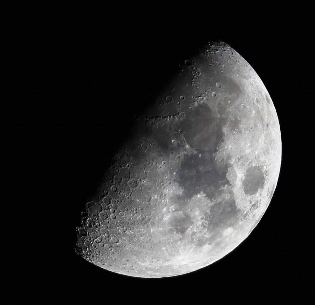 Der Mond über Darmstadt am 9.3.2014, gegen 22:30 MEZ bei Eintritt ins zweite Viertel, achteinhalb Tage nach Neumond. 65/420 Apochromat, Canon EOS 600D, ISO 100, 1/125 s