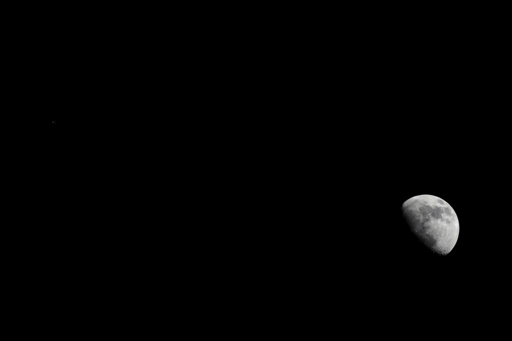 Mond und Mars über Darmstadt am 7.6.2014, 22:18 MESZ (Komposit). Teleskop: 50/330 ED-Apochromat TSED503, Kamera Canon EOS 600D, ISO 800, Mondaufnahme: 1/640 s, Marsaufnahme 1/125 s