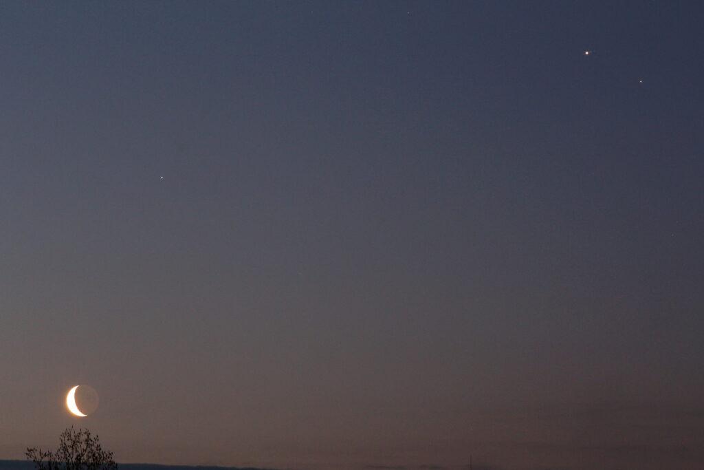 Der Mond, Saturn, Jupiter (mit Io, Europa, Ganymed und Callisto) und Mars am frühen Morgen des 19. März 2020. Canon EOS6D und Leitz Elmarit-R 180 mm, ISO 3200, f/5.6, 1s