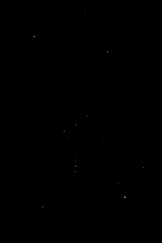 Sternbild Orion am 19.10.2013 um 4:11 MESZ, Kamera Canon EOS 1000D mit 50 mm/1.8 Objektiv, ISO 200, 8 s,, f 1.8 nachgeführt per Vixen GP2 Photo Guider