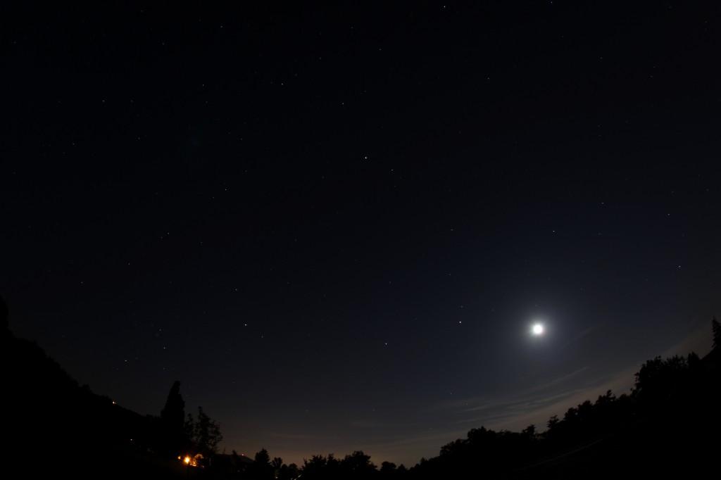 Von rechts nach links: Zunehmender Halbmond, unter Leo, dann Mars, Spica, Saturn und der Skorpion, Darmstadt, 7.6.2014, 00:00 MESZ, Canon EOS 600D, Sigma EX 10 mm f2.8 DC, ISO 200, f2.8, 15 s