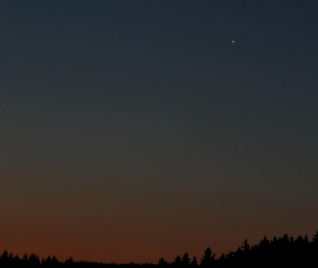Venus und Merkur über Darmstadt am Morgen des 17.7.2014, 4:43 MESZ. Canon 600D mit Leica Elmarit 70/210 Telezoom, nachgeführt, ISO 200, 5 s, f22