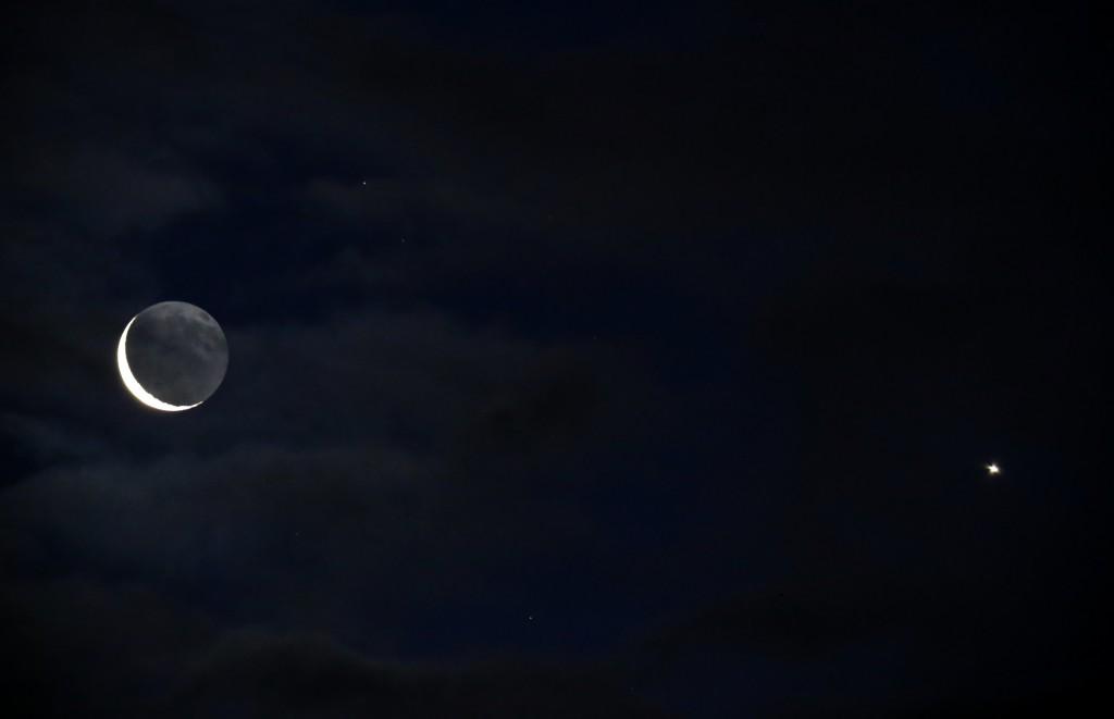 Der abnehmende Mond und Venus durch Wolken am Morgen des 7.1.2016 über Darmstadt. 330 mm/50 mm ED-Apo, Canon EOS6D, ISO 10000, 1/5 s