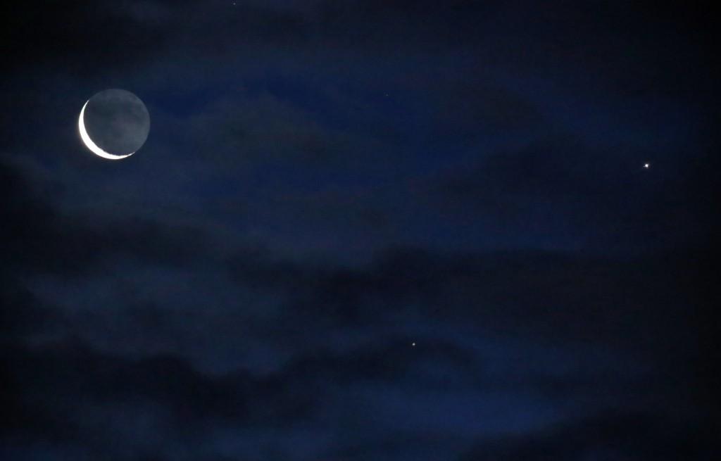Der abnehmende Mond, Venus udn Saturn durch Wolken am Morgen des 7.1.2016 über Darmstadt. 330 mm/50 mm ED-Apo, Canon EOS6D, ISO 10000, 1/10 s