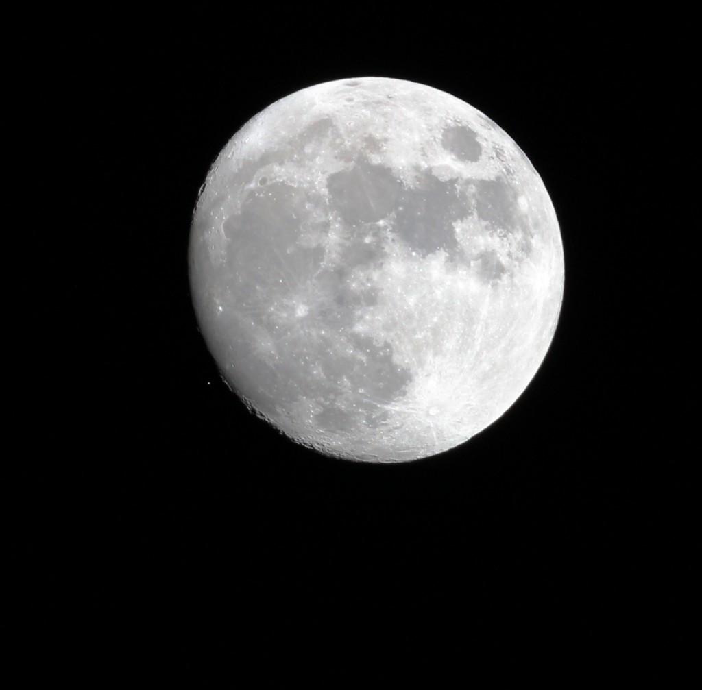 Aldebaran kurz vor der Bedeckung durch den Mond am 23.12.2015, 19:11:59 MEZ. TS-Optics TSAPO65Q apochromatischer Refraktor, 420 mm Brennweite, 65 mm Apertur. Canon EOS 600D, ISO 800, 1/640 s