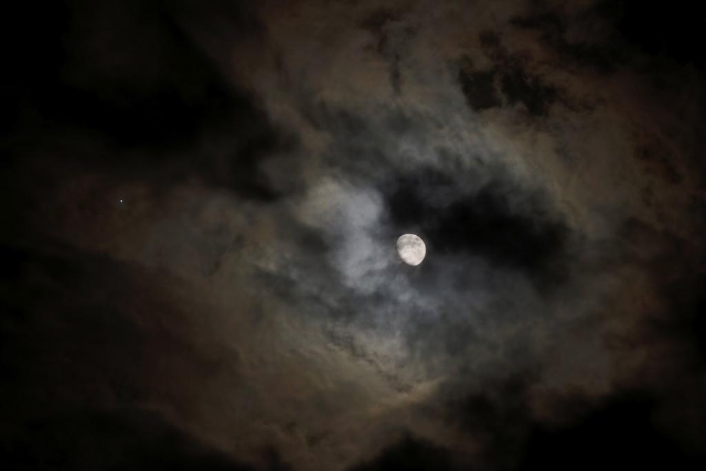 Jupiter-Mond-Konjunktion am 17.4.2016 über Darmstadt hinter Wolken, HDR-Aufnahme, knapper belichtet. Canon EOS6D mit Leitz Elmarit-R 180 mm