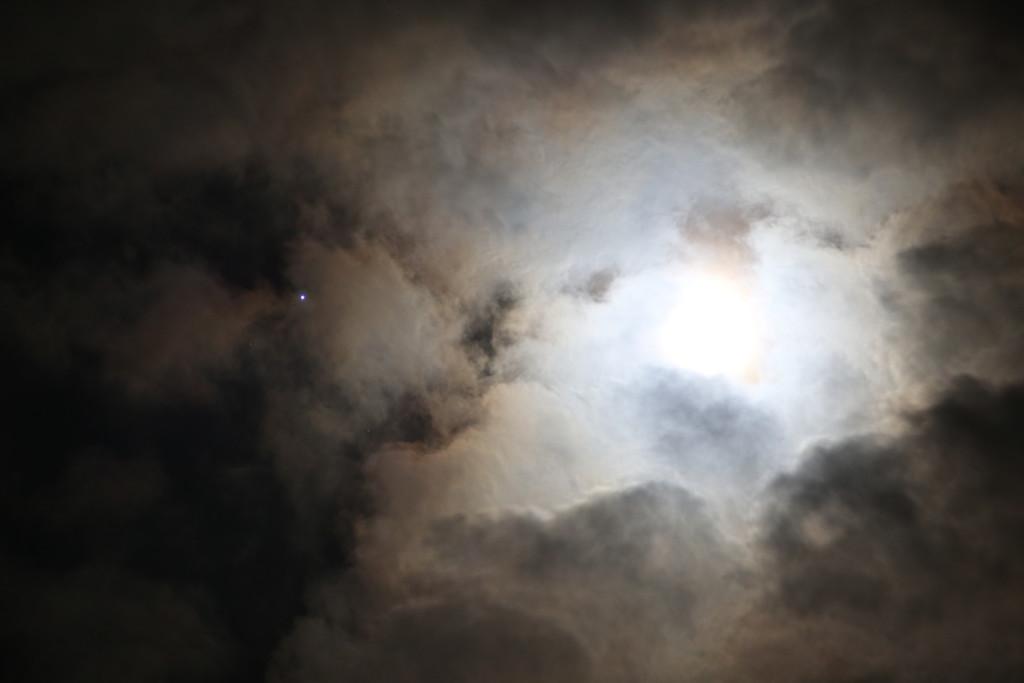 Jupiter-Mond-Konjunktion am 17.4.2016 über Darmstadt hinter Wolken, HDR-Aufnahme, reichlich belichtet. Canon EOS6D mit Leitz Elmarit-R 180