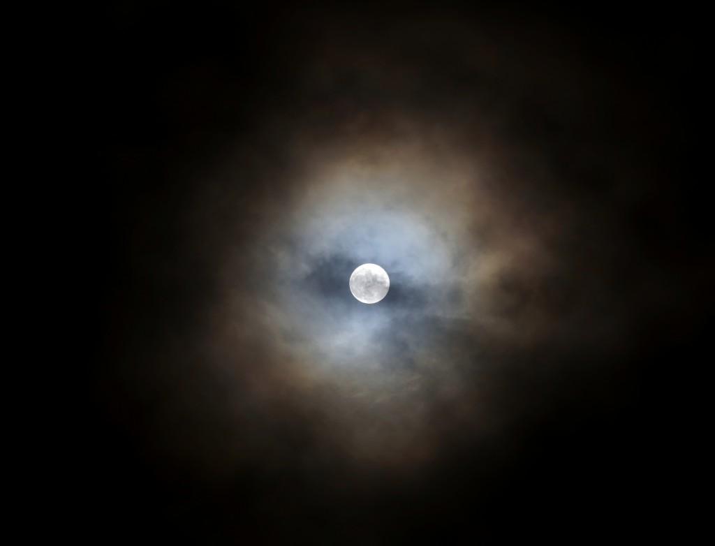 Der Vololmond mit Halo durch ein Wolkenloch über Darmstadt am Abend des 25.12.2015, 22:56 MEZ. Canon EOS6D mit leica Elmarit-R 180, f/2.8, ISO 800, 1/15 Sekunde