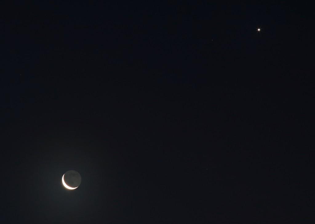 Abnehmender Mond und Venus am Morgen des 8. Dezember 2015, 7:10 MEZ. Canon EOS6D mit Leitz Elmarit 135 mm, ISO 1250, f/8, 1 Sekunde