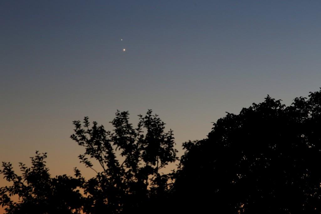 Jupiter und Venus über Darmstadt am 30. Juni 2015, 22:25 MESZ, Canon EOS6D, Leica Elmarit-R 180, f/4, ISO 2000, 1 s