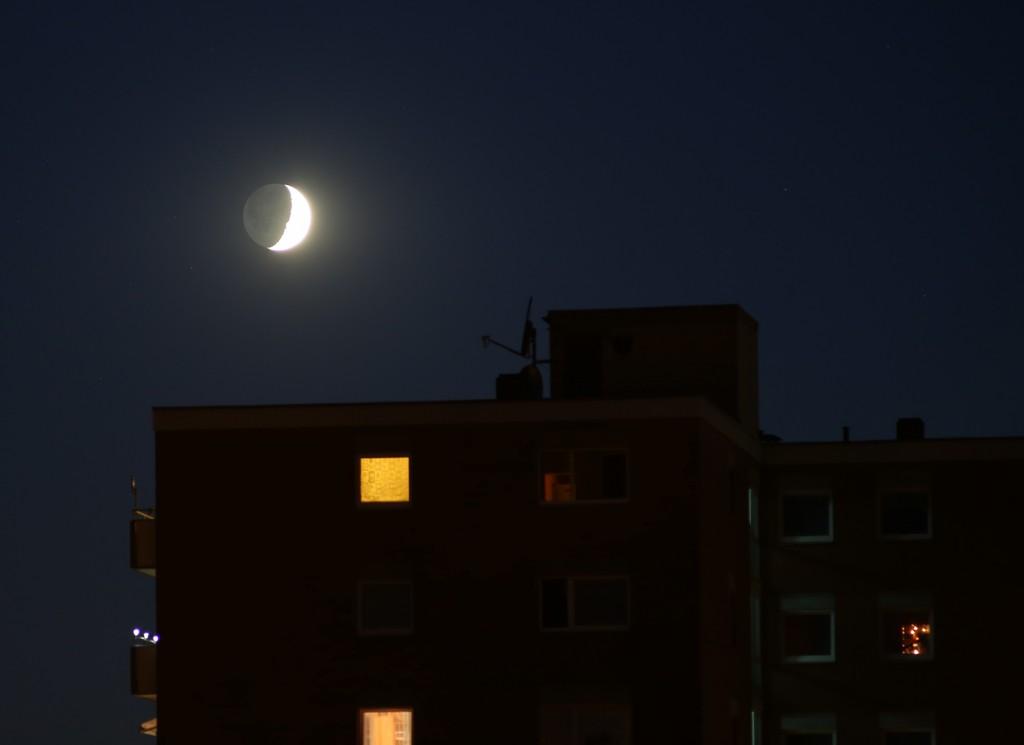 Der zunehmende Mond, kurz vor dem Untergehen, 21.7.2015, 22:48 MESZ, Canon EOS 5D, Leica Elmarit 180, f/4, ISO 800, 1 s