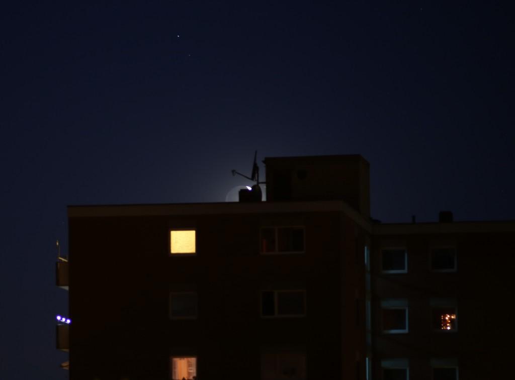 Der zunehmende Mond, kurz vor dem Untergehen, 21.7.2015, 22:57 MESZ, Canon EOS 5D, Leica Elmarit 180, f/4, ISO 800, 1 s