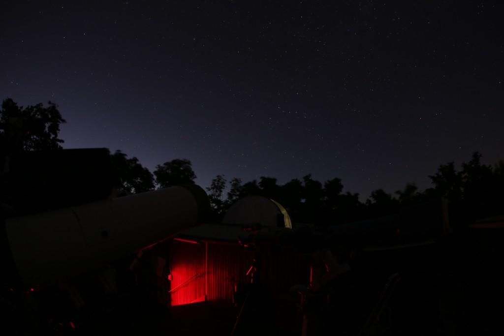 Blick über die Beobachtungsplattform der Starkenburg-Sternwarte. Im Hintergrund die Kuppel mit dem 19-Zoll-Newton, Canon EOS6D, f/5, Sigma EX-DG 15 mm Fisheye, ISO 2000, 10 s