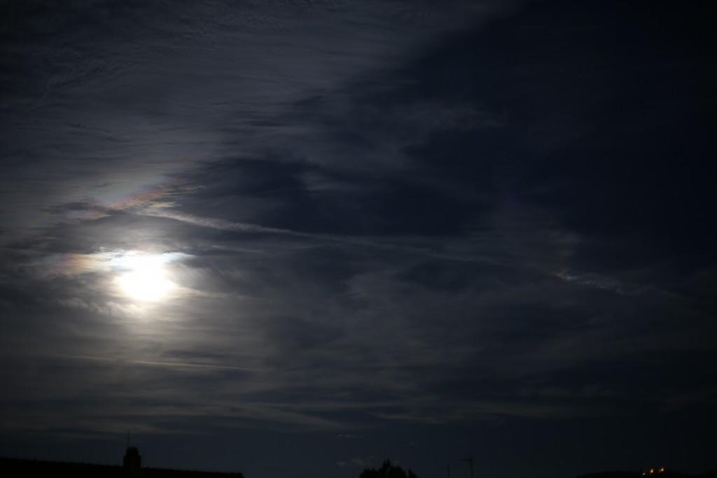 Vollmond hinter Cirrostratus-Wolken mit möglichem Nebenmondeffekt, 29.8.2015, 21:44 MESZ, Canon EOS6D, Leitz Summicron-R 50mm, ISO 800, 1/3 s