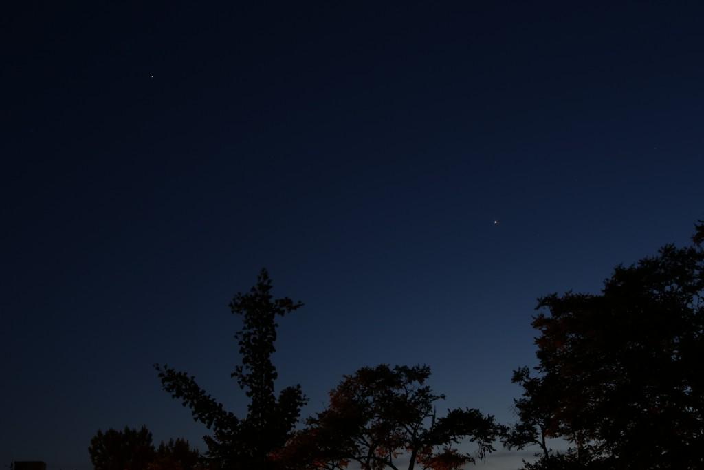Jupiter und Venus über Darmstadt am 1.6.2015, Canon EOS 6D, Leica Summicron 50 mm, f/5.6, ISO 800, 1 Sekunde