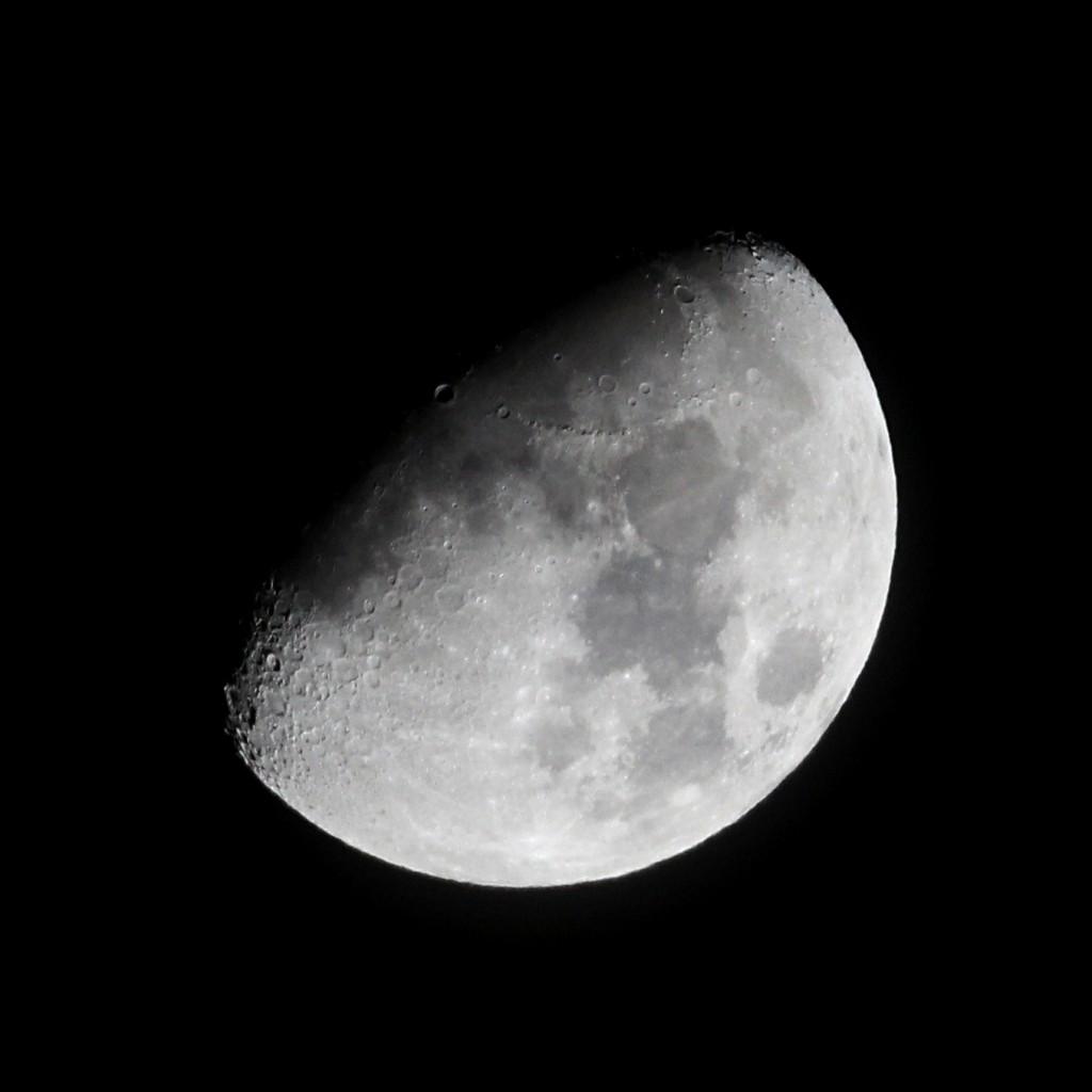 Der zunehmende Mond am Abend des 19.1.2016, 22:26 MEZ. Apoqchromatischer Refraktor TSAPO65Q (420 mm Brennweite, 65 mm Apertur), Canon EOS600D, ISO 800, 1/500 s