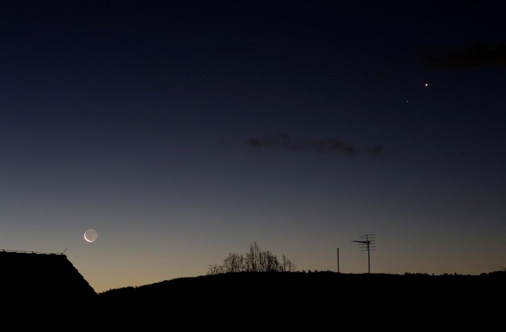Mond, Saturn und Venus am 8.1.2016, 7:18 MEZ, Canon EOS6D, Leitz Summicron-R 90 mm, f/8, ISO 1600, 1 Sekunde