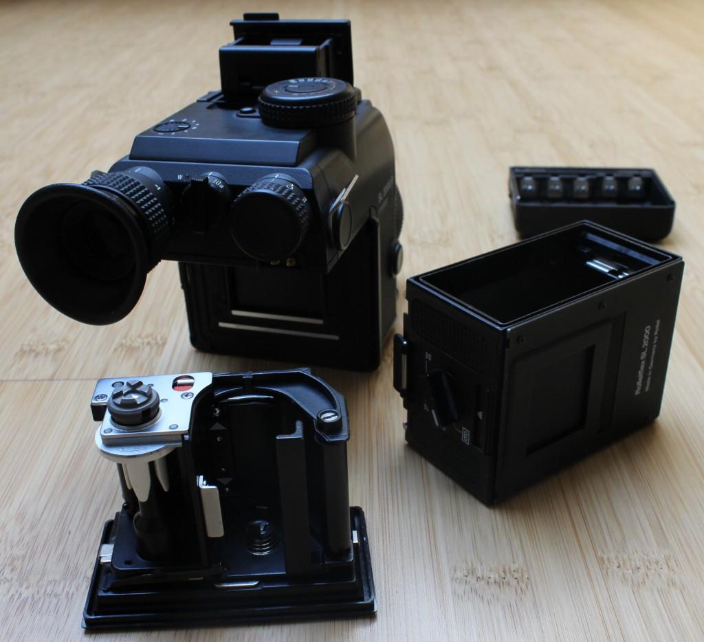 Kleinbild-Spiegelreflexkamera Rolleiflex SL2000F, Rückansicht mit ausgebautem Filmmagazin und Batteriefach