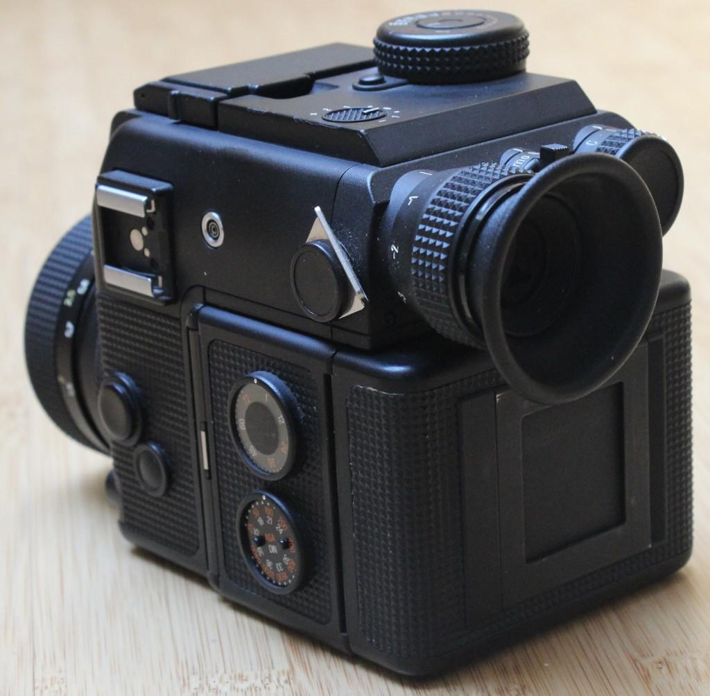 Kleinbild-Spiegelreflexkamera Rolleiflex SL2000F, Rückansicht mit Teleskopsucher über Filmmagazin und Batteriefach