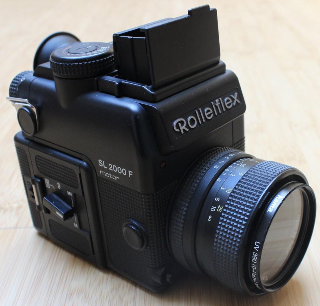 Kleinbild-Spiegelreflexkamera Rolleiflex SL2000F, Ansicht von vorne rechts mit geöffnetem Sucherschacht
