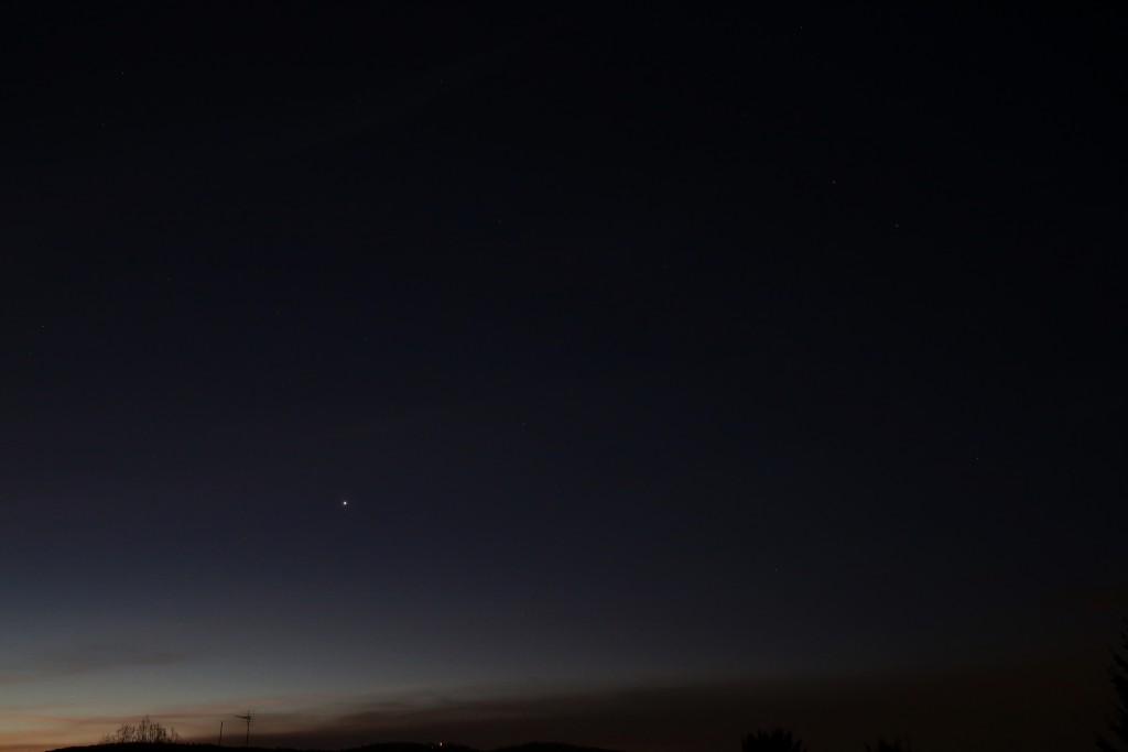Saturn im Skorpion, Venus in der Waage und Mars in der Jungfrau nahe Spica am Morgen des zweiten Weihnachtstages, 7:17 MEZ. Canon EOS6D, Leitz Summicron 35 mm, f/8, 1 Sekunde, ISO 3200