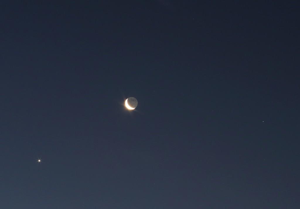 Venus, Mond und Spica (Alpha Vir) über Darmstadt am Morgen des 7.12.2015, 7:19 MEZ. Canon EOS6D, Leica Summicron 90 mm, ISO 1250, f/8, 1 Sekunde
