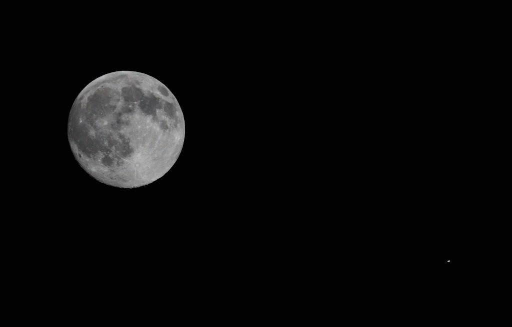 Vollmond und Saturn über Darmstadt am 1. Juni 2015 um 23:38 MESZ, TS-Optics TSAPO65Q Quadruplet Apochromat, 420 mm Brennweite, 65 mm Apertur, Canon EOS 600D, Kompositaufnahme: Vollmond: ISO 800, 1/2000 s, Saturn: ISO 800, 1/40 s