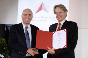 """Preisträger """"Print"""" Reto Schneider (links) mit Verleger Dr. Stefan von Holtzbrinck"""