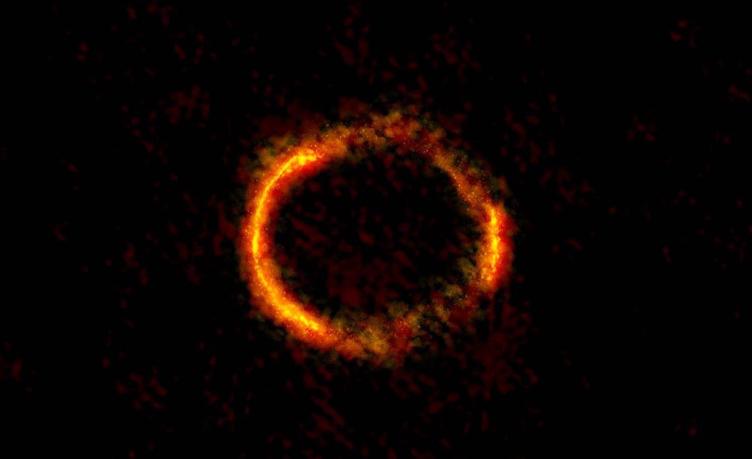 Das leuchtende Gas der Galaxie SDP.81, oder was die Gravitationslinse daraus macht. Bild: ALMA (NRAO/ESO/NAOJ); B. Saxton NRAO/AUI/NSF
